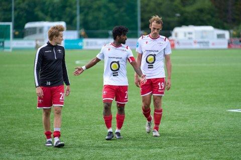 SKUFFET ETTER TAP: F.v: Adrian Olsen Teigen, kaptein Mathusan Sandrakumar og Arne Gunnes måtte gå slukøret av banen etter 2-4 tapet hjemme mot Notodden.