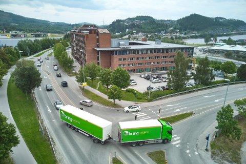 IKKE LOV: På den planlagte omkjøringsveien har modulvogntog egentlig ikke lov til å kjøre. Mandag ble det testet for å de om Vegdirektoratet kan gi dispensasjon under stengingen av Måsørtunnelen. Her kjører modulvogntoget fint gjennom krysset til Sannanbrua.