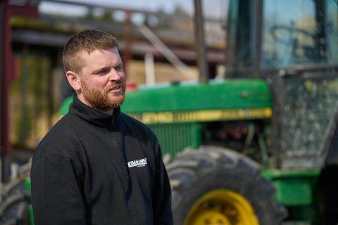 FLERE VIL SLUTTE: Melkeprodusent Eirik Morken i Verdal ser ikke bort fra at flere vil legge ned produskjonen på gårdene, som følge av årets jordbruksoppgjør. Han innrømmer at han selv er en av dem som teller på knappene nå.