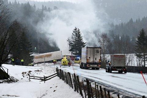 FRONTKOLLISJON: Ulykken inntraff da det polske vogntoget, som kjørte sørover, mistet kontrollen og kom over i motgående kjørefelt – der det frontkolliderte med det norske vogntoget. Begge vogntogførerne omkom momentant i kollisjonen.