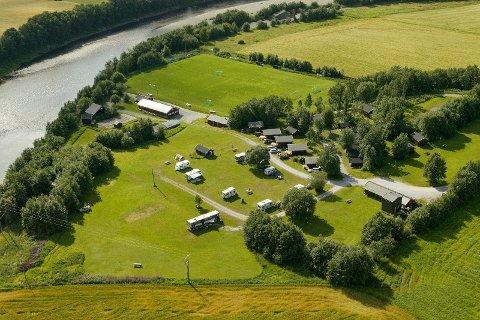 TIL SALGS: Stilestad Camping ligger nå ute til salgs på Finn.no. I elven her kan man drive med laksefiske og det er flere overnattingsmuligheter. Eieren håper de som tar over utvikler plassen på sin måte. Målet hans med campingen var å skape trivsel.