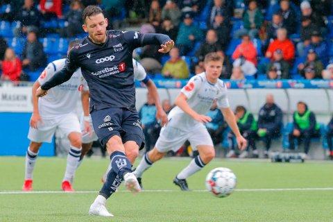 TOK LEDELSEN: Kristiansunds Bendik Bye scoret 2-1 målet på straffespark i eliteseriekampen i fotball mellom Kristiansund og Stabæk på Kristiansund Stadion. Også Sander Kartum fra Stjørdal noterte seg på skåringslista.