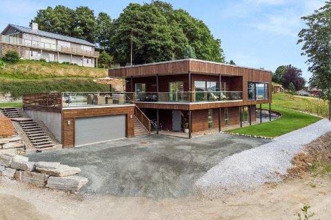 HØY PRISKLASSE: Dette huset på Inderøy har en prisantydning på over sju millioner. Huset er fra 2015 og beskrives som en en moderne funkisbolig. Eiendomsmegler for huset sier det er for tidlig å si om det blir det dyreste på Inderøy.