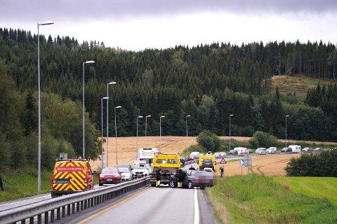 SPERRET: Vegen var sperret etter ulykken, og det oppsto lange køer og store trafikale problemer. Da tok sivile personer ansvar, og dirigerte trafikken over Sætersmyra.