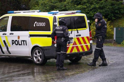 UNDERSØKER: En person er bekreftet død i Levanger. Bildet er tatt ved den aktuelle adressen hvor politiet gjør sine undersøkelser tirsdag ettermiddag.