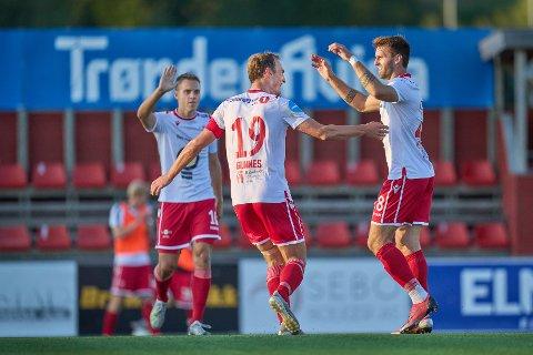 GLEDE: Tomålsscorer Arne Gunnes jubler for tommålsscorer Emanuel Vladic sitt 4-1-mål. Jo Sondre Aas bak til venstre.