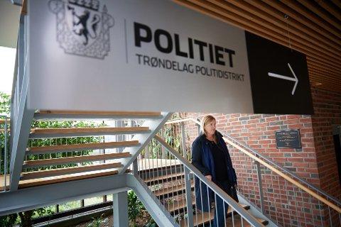 GÅTT VARMT: Høyres stortingsrepresentant Elin Agdestein tar regjeringens politireform i forsvar overfor Senterpartiets Marit Arnstad. Agdestein her ved Steinkjer politistasjon. Bildet er tatt ved en tidligere anledning.