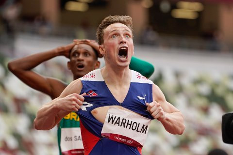 GULLØP: Karsten Warholm river i stykker trøya i glede over OL-gull og verdensrekord på 400 meter hekk. Foto: Heiko Junge / NTB