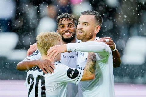 LEKESTUE: Rosenborg holdt lekestue på Lerkendal da de knuste slovenske Domzale. Dino Islamovic blir omfavnet av Edvard Sandvik Tagseth og Emil Konradsen Ceïde.