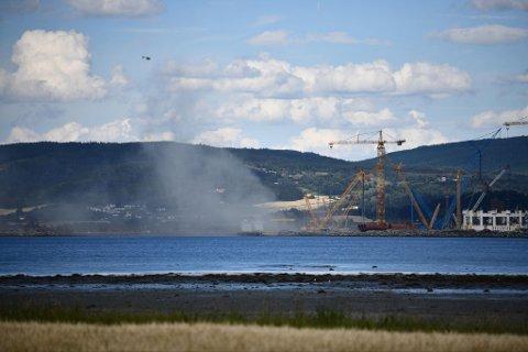 En person er plukket opp fra sjøen, og er på vei inn til land i Verdal havn.