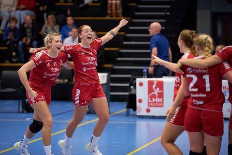 THRILLER: Arja Sørli Døsvik gratuleres etter å ha berget uavgjort for LHK med kun sekunder igjen av kampen.