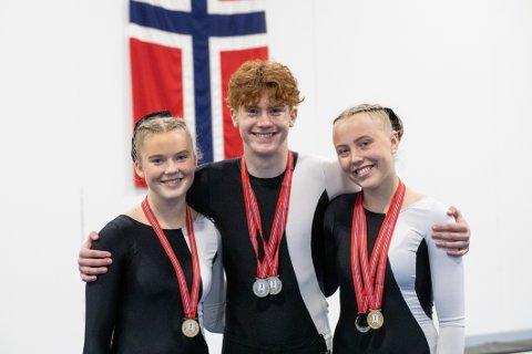 STOR MEDALJEFANGST: Namsos-turnerne Oda Sylstad (til venstre), Robin Hofstad og Martine Schjerve kjempet seg alle til medaljer under helgas junior-NM i troppsgymnastikk.
