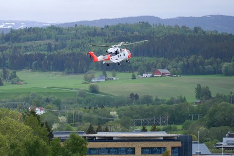 HELIKOPTER: Politiet har kontakt med mannen som ble meldt savnet lørdag ettermiddag. Sannsynligvis vil han bli hentet ut av turområdet Sørmoen av et helikopter av typen SAR Queen. Arkivfoto.