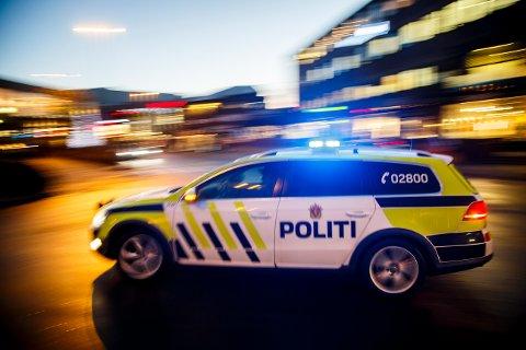 KJØRT TIL ARRESTEN: Mannen i 20-årene ble kjørt til arresten i Trondheim etter å å ha slått til dørvakten på et utested i Stjørdal.