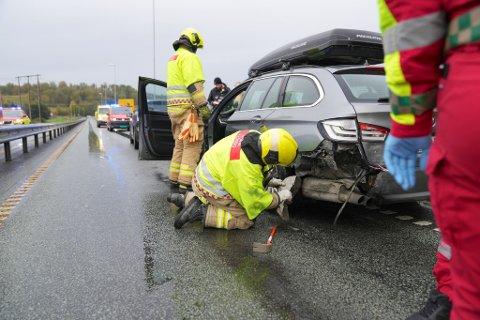 KOLLIDERTE: Førerne er oppegående, men skadeomfang er ukjent. Det er skader på alle tre bilene som var involvert i ulykka.