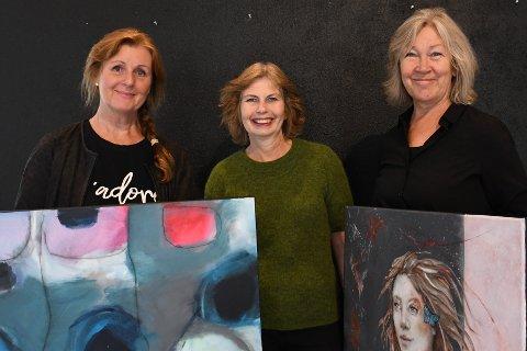 VIKARER: Elisabeth Ben Riala (i midten) tar ferie, og overlater Galleri Fenka til Eva Sandberg Nordahl (t.v) og Anita Eidem. Lørdag ønsker de velkommen til utstillingsåpning.