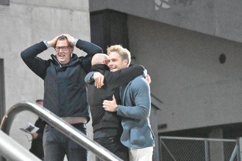 JUBELSCENER: Slik så det ut på tribunen på Bjerke da Super Winner vant sitt kvalifiseringsløp til Norsk Trav Derby. Fra venstre: Steffen Berg, Karl Oskar Nyeng og Sindre Lutdal Nyeng.