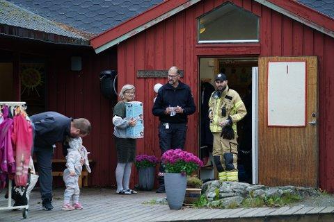 UTDELING AV BRANNBAMSE: Styrer Inger Lise Aalberg får her overrakt én brannbamse til hver av avdelingene, her overrakt av innsatsleder Odd Harald Austli (midten) og Rolf Åge Setermo. Til venstre Nora (2) og Christian Aspelund.