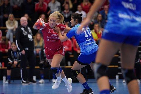 TUNGT: Martine Myhre Hegglund (17) leverte godt spill i onsdagens cupkamp, men det hjalp lite mot eliteseriemotstanden fra Molde. De blåkledde dominerte stort sett fra start til slutt.