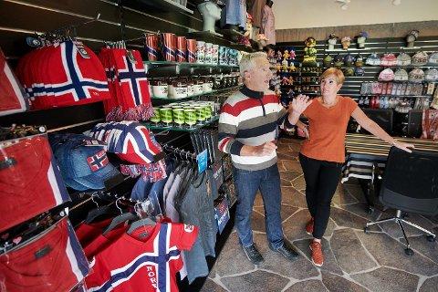 FALL: Svenn Tyrone Wiseth og kona Eva Holan Wiseth startet Nord Suvenir AS for 40 år siden. Bedriften fikk et brutalt møte med pandemien, og opplevde et fall i omsetningen på 80 prosent i 2020.