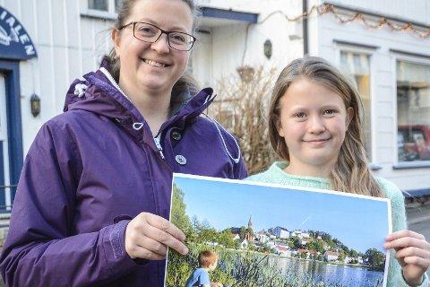Vant i fjor:  Gry Auglend vant Tvedestrandspostens fotokonkurranse i fjor. Her holder hun vinner-bildet av sønnen Jonathan som fisker i Tjenna, sammen med datteren Michelle.Arkivfoto