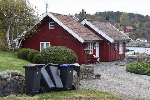 Nye renovasjonsdunker: Den kraftige vinden på Lyngørbryggen i Holmesund blåste flere av de nye avfallsdukene over ende. Mange frykter kassene skal blåse til havs. Foto: Skibsaksjeselskapet Hesvik