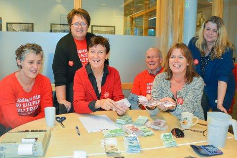 Lisa Hegland, Bente Christensen, Randi Eldrup, Lars Molleklev, Jorunn Eldrup og Tove Aanjesen er fornøyde med resultatet på 287.387 kroner.