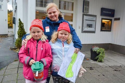 Tvillingene Beate og Kristin (5 år) samlet inn penger til Røde Kors sammen med tante Lillian Vestby. - Det er gøy å hjelpe andre, sier jentene.
