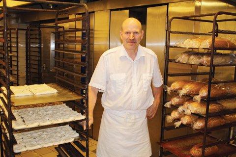 Innehaver av Åmli bakeri og kafé, Roch Zalewski, forteller at bedriften utvides i Åmli, og det er ikke lenger aktuelt å flytte selve bakeriet til Ubergsmoen. Arkivfoto