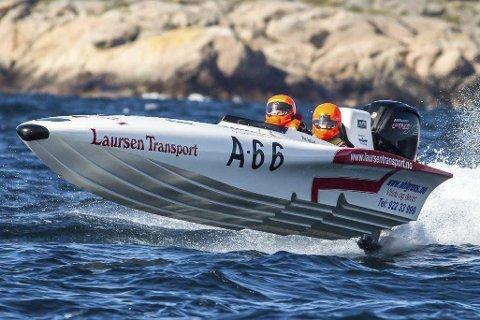 Rekordraskt: Inge Lund og co-pilot Adrian Aasvik fikk fulll klaff under verdensrekordforsøket lørdag. Foto: Kristian Vabø