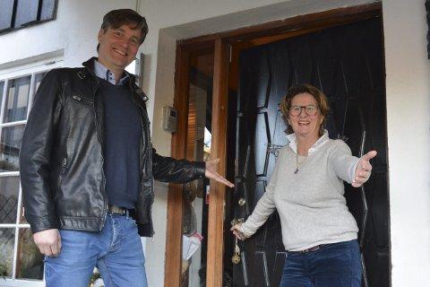 Åpen dør: Sokneprest Eckhard Graune starter årets første «Åpen dør» hjemme hos Anne Killingmo. Foto: Olav Loftesnes