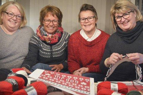 «Strikketuppene»: Anne Vegerstøl (t.h.) har fått med seg Gunhild Voie, Ingunn Landberg Rønningen og Aina Ekra Voie på det akutte strikkeprosjektet.Foto: Mette Urdahl