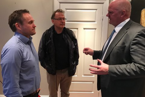 Sigurd Heiberg og Jan Atle Knutsen fra Havforskningsinstituttet i samtale med ordfører Jan Dukene.