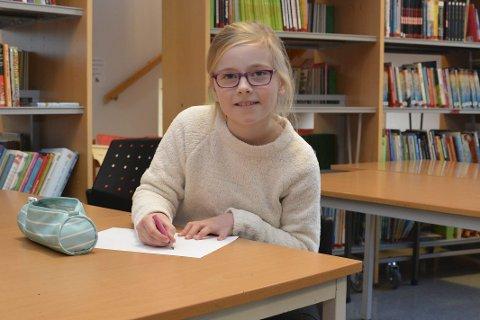 Cornelia Kvinnesland: Ung dame, som er glad i kunst, og leser mye om det.  På hennes første kunstutstilling kommer selveste Kronprinsesse Mette Marit. Foto: Olav Loftesnes