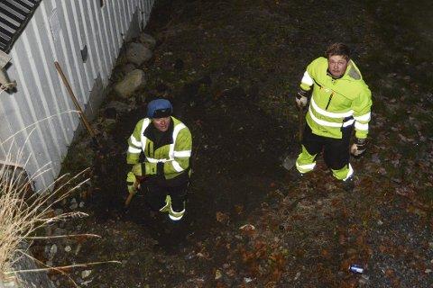 Graving: Helge Twedt og Fredrik Oland Grov på graveroppdrag.