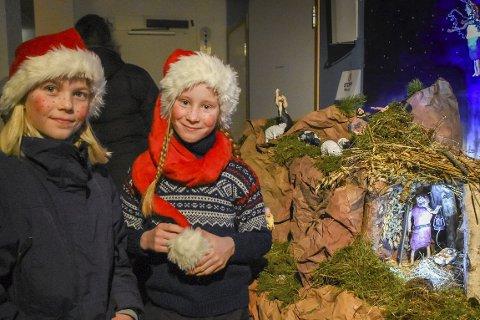 Julekrybbe: Kajsa (til venstre) og Tuva er to av femteklassingene som har laget den utrolig flotte julekrybben. Kajsa har kreert engelen, mens Tuva har laget en av hyrdene. Julekrybben høstet stor beundring fra alle som kom til markedet.Foto: Mette Urdahl