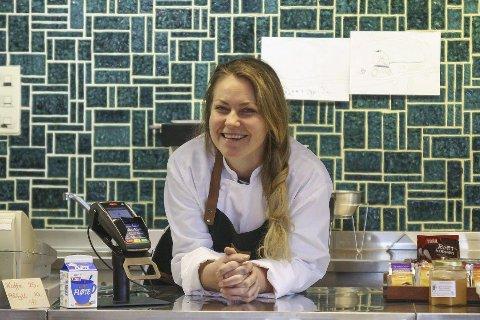 Glad for at hun turte å satse:  Songejenta Tine Moen angrer ikke på kjøpet av Sørlandsporten Kafeteria på Akland. Hun har brukt mye tid på å pusse opp kafeèlokalet, men retroflisene bak disken har hun beholdt. Nå er de jo moderne igjen!