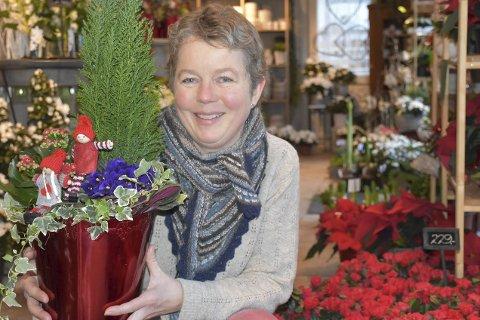 Barndomsblomsterminner: Marit Homme jobber på Møllebekken Blomster i Tvedestrand. Hun husker godt fra hun var liten at hun var med bestemoren sin på jobb. Hun jobbet også i blomsterbutikk! Foto: Anne Dehli