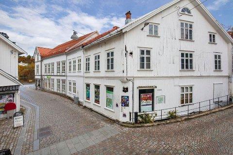 Dette bygningskomplekset i Hovedgata, ble lagt ut for salg på finn.no med en prisantydning på 10 millioner kr, og eiendomsmegleren kan fortelle at det var stor interesse både blant lokale og utenbys investorer. Foto: Sørmegleren/Fokus Foto.