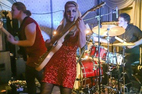 I aksjon: Frontfigur Hedvig Mollestad, sammen med bassist Ellen Brekken og trommeslager Ivar Loe Bjørnstad, holdt en instrumental-konsert som fenget publikum på Kulturklubben Scene i  rådhuset lørdag kveld. Foto: Mette Urdahl