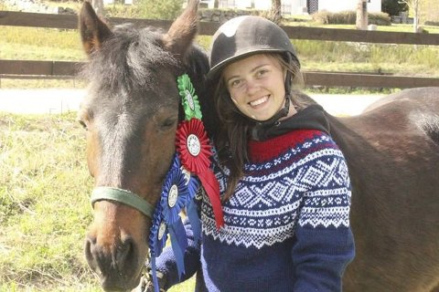 To ganger har Linn og hesten vært med på NM i bruksridning. -Det er kjempegøy! sier Linn Ellingsvik Vegerstøl fornøyd.