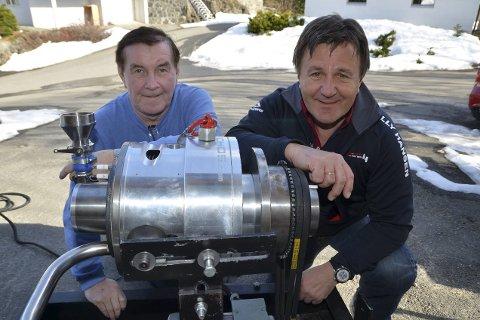 CRE-motoren: Oppfinner Hilberg Karoliussen (tv) og gründer Tor Arne Hauge med de revolusjonerende motoren, som ikke trenger oljesmurning, bare har én tennplugg, veier kun 60 kilo og yter 250 hestekrefter. Foto: Frode Gustavsen