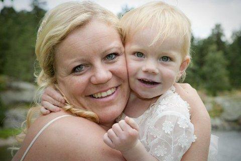 Konsert i Holt kirke: Rønnaug Myre Lillebø synger i Holt kirke neste torsdag. Her er hun sammen med datteren Victoria.