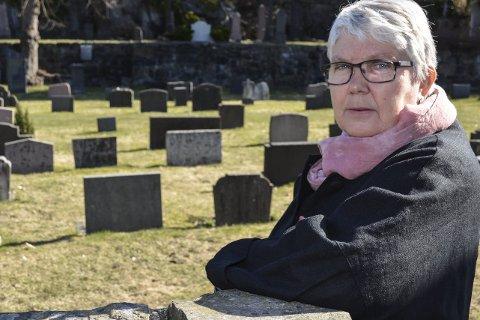 Må endre gravplasser: Kirkeverge Bjørg Haaland Bjørnstad sier over to hundre gravplasser i Tvedestrand, Holt og Dypvåg er for små. Nå vil mange som betaler festeavgift for gravplass bli kontaktet og få beskjed om at graven gjøres om til urnegrav. foto: m. drivdal