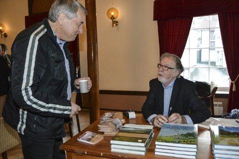 Skulle du sett: Oddgeir Bruaset fikk uventet møte Harald Alsvik på rådhuset. De to studerte sammen på 70-tallet. foto: m. drivdal