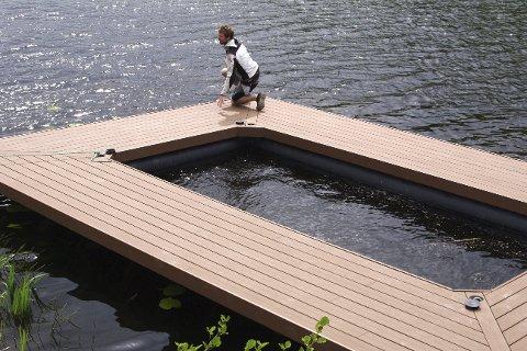 På vannet: Onsdag ble det spesiallagede sjøbadet for de minst satt på vannet. Det er snekkerne og vedlikeholdsarbeiderne i Tvedestrand kommune som har ferdigstilt det.