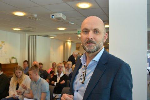 Jarle Bjørn Hanken var ikke til stede da kommunestyret behandlet ansettelsen, men kom like etterpå i forbindelse med folkemøtet om kommunereformen.