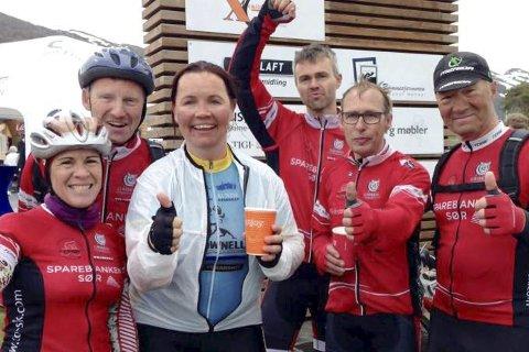 I mål: Anne Marie Ramnæs Mogen (t.v.) og Tina Thorsen sammen med flere TOSK-syklister i målområdet på Hovden. Privat foto