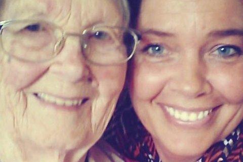 Glede: 100 år gamle Adina Karine Limyr og datterdatteren Grete Stebekk Hommelsgård fikk invitasjon fra Slottet.