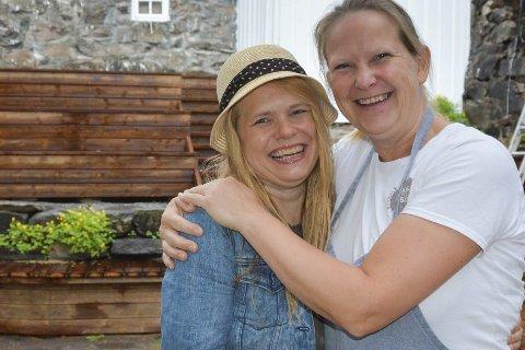 Ønsker velkommen: May Zwilgmeyer (til høyre) har ansatt venninnen Anne-Li And til å ta det daglige ansvaret i Museumshaven. I tillegg skal hun selv og en sommerhjelp trå til ved behov.Foto: Mette Urdahl